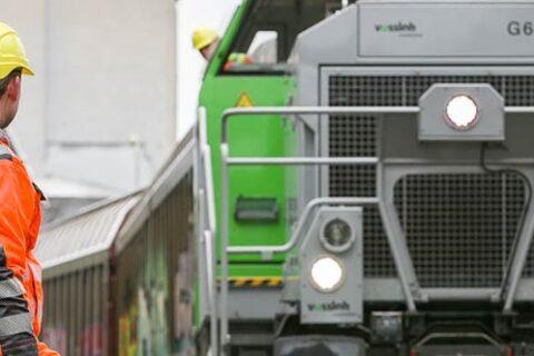 Mercer Rosenthal Bediener beobachtet den Zug bei der Annäherung an das Zellstoffwerk
