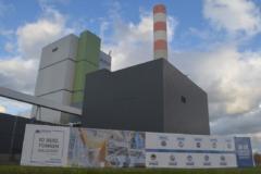 Hauptgebäude des Zellstoffwerks Mercer Stendal, Arneburg, Deutschland, mit Beschilderung zur Feier von 10 Millionen Tonnen Produktion im Jahr 2020