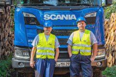 Zwei Mercer Holz Fahrer mit neuem Scania Timber Truck mit Ladekran