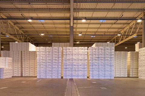 Lager der Zellstofffabrik Mercer Rosenthal, Gabelstapler stapelt Ballen