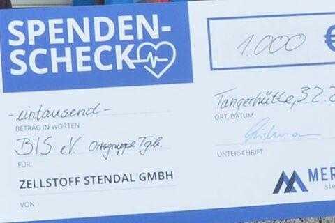 André Listemann, Geschäftsführer Mercer Stendal, überreicht Spende der Bürgerinitiative Stendal e.V.
