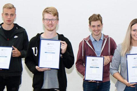 Florian Kleinat (von links), Till-Maximilian Stranz, Hannes Schernickau und Cassandra Finke erhielten als Auszeichnung eine kleine Urkunde mit einem Stück Zellstoff als Erinnerung. Foto: Stefan Rühling