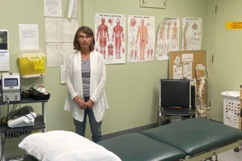 Jan Summersides, Mercer Celgars Physiotherapeutin vor Ort, bei der Arbeit mit Fabrikarbeitern in Castlegar, BC, Kanada
