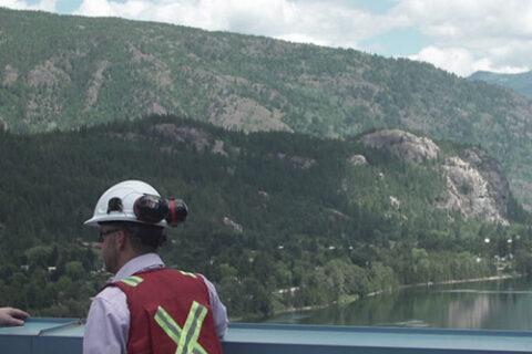Zwei Mitarbeiter von Mercer Celgar überblicken den Nelson River in British Columbia, Kanada, vom Dach der Zellstofffabrik