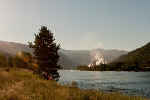 Celgar Zellstofffabrik in der Ferne entlang des Nelson River, British Columbia, Kanada, bei Sonnenaufgang gesehen