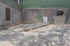 Standort von Mercer Timber Products in Friesau mit einer neuen Betonbarriere zum Schutz einer Ausgangstür vor rückwärtsfahrenden Maschinen