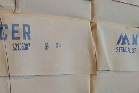 Zellstoffballen von Mercer Stendal, gestapelt im Lager des Werks in Arneburg, Deutschland