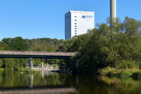 Mercer Rosenthal Mühle auf der anderen Seite eines Flusses in Rosenthal am Rennsteig, Deutschland
