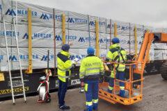 Teammitglieder von Mercer Timber Products nutzen die neue Kranarmtechnologie, um das Verladen von Holzpaletten sicherer zu machen